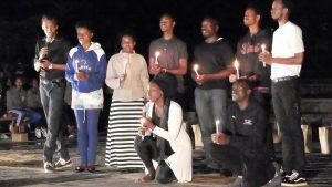 PIASSのジェノサイド記念式典で追悼パフォーマンスを行ったピースクラブの学生たち。