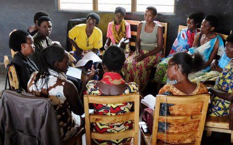 癒しと和解のセミナーでお互いの経験を分かち合う女性たち