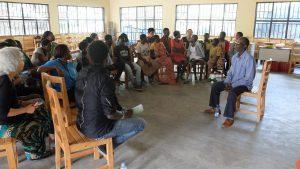 ウムチョ・ニャンザに参加する女性たちの子どもたちの平和学習会。虐殺の時にツチの1人々匿ったフツの男性から話を聞いた