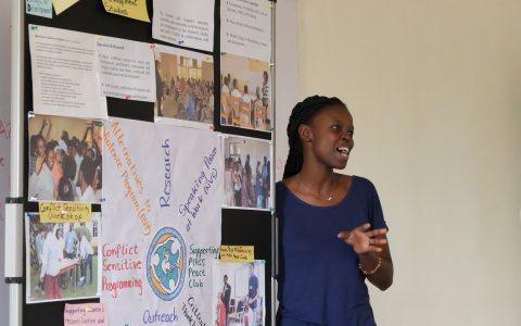 セミナーでPIASS「平和と開発センター」で活動紹介をする卒業生のフロリアンさん。