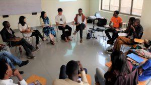 「非暴力の理論と実践」の講義でディスカッションする学生たち