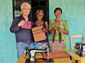 新しい作品を手に笑顔を見せるウムチョ・ニャンザの女性たち