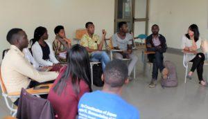 非暴力の理論と実践」の講義でディスカッションする学生たち